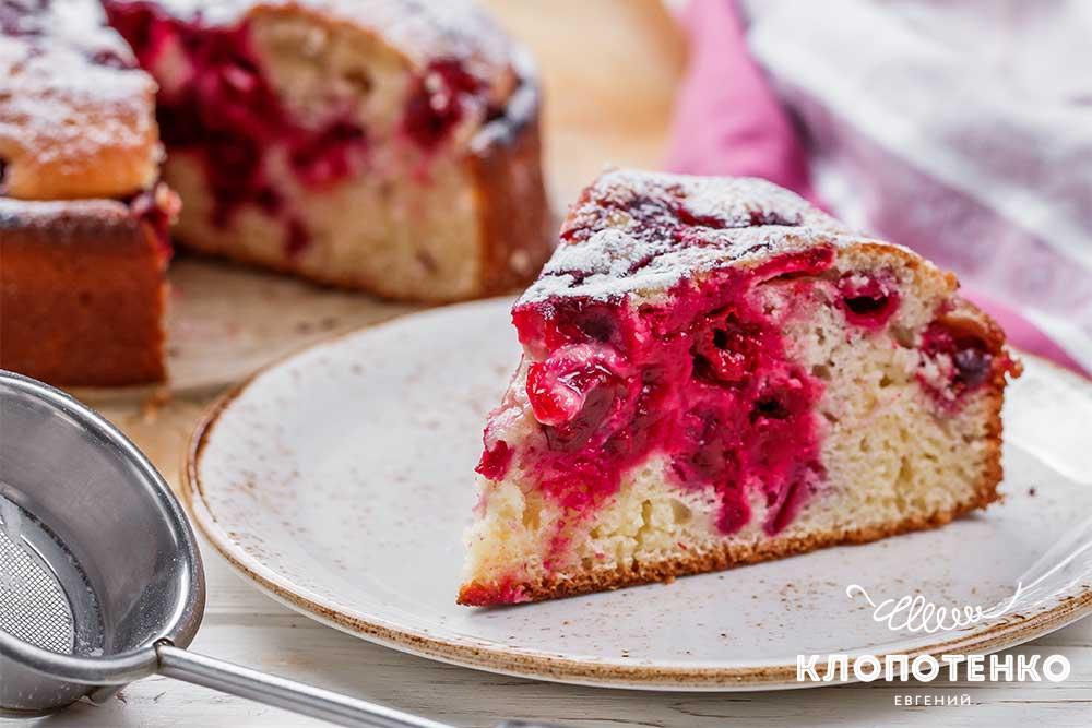 Пиріг на кефірі з вишнею