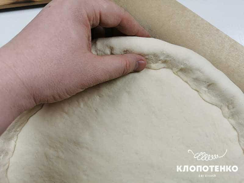 Заверните сыр тестом внутрь по всей окружности