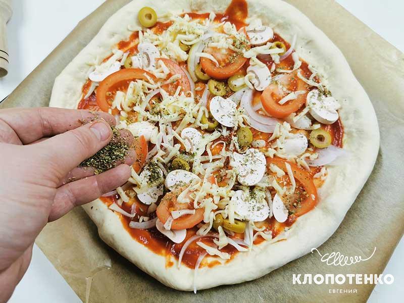 Посыпьте пиццу сухим базиликом