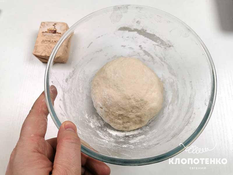Замешайте мягкое и эластичное тесто