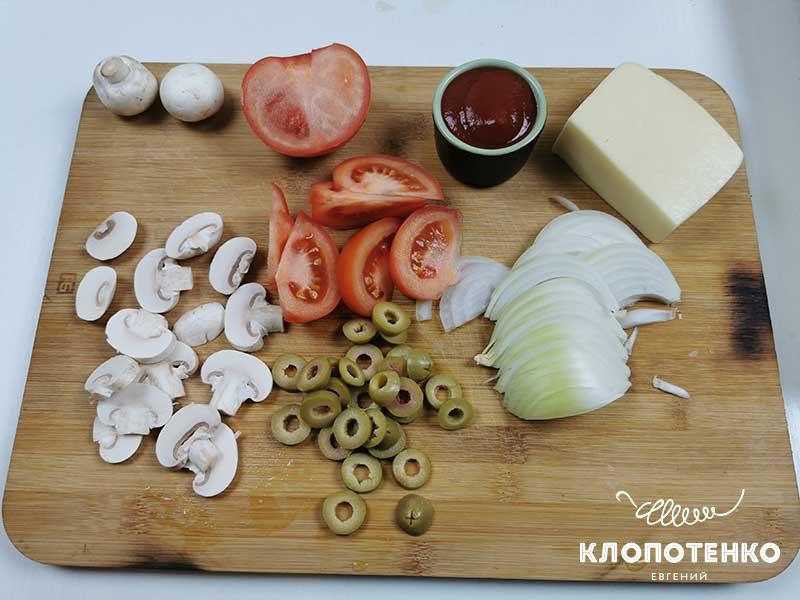Нарежьте овощи для начинки