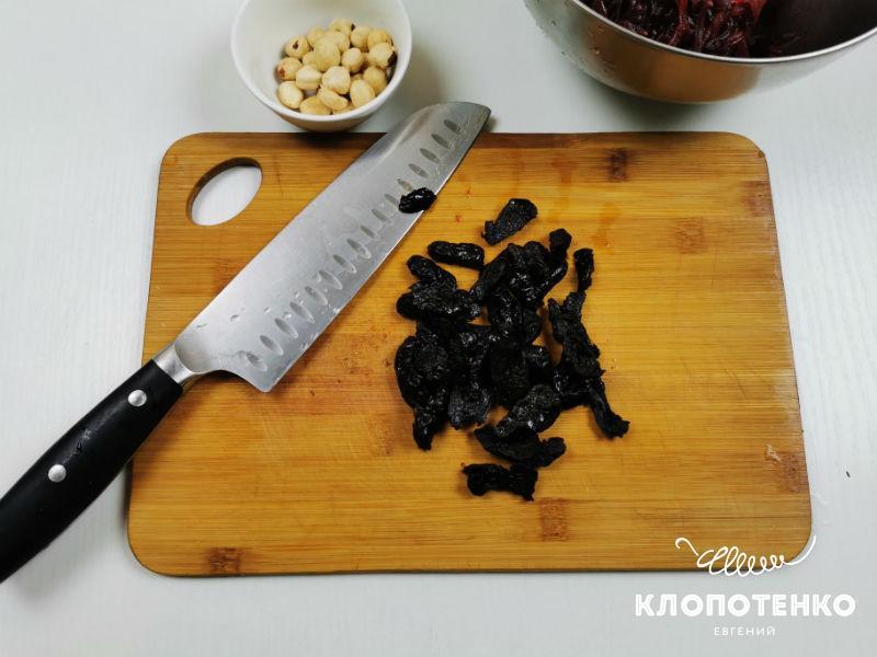 Нарежьте чернослив