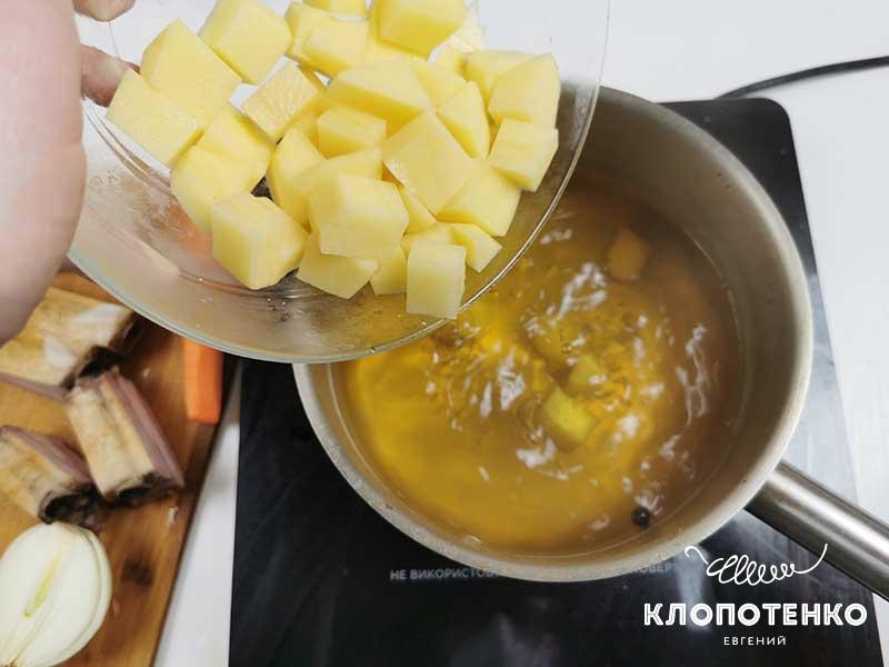 Добавьте в бульон картофель