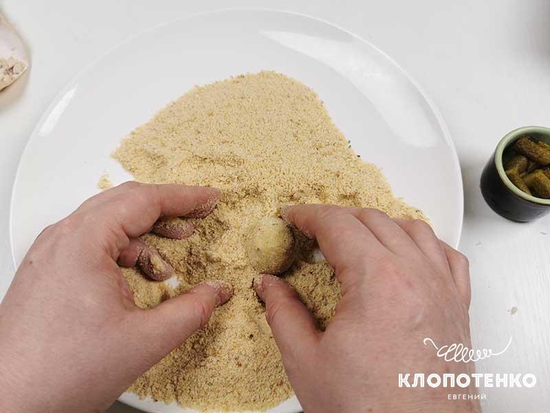 Запанируйте сырные шарики