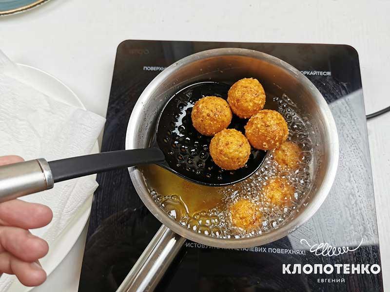 Жарьте сырные шарики в растительном масле