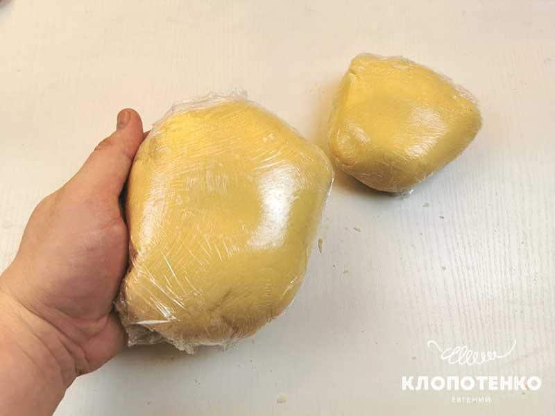Оберните тесто пищевой пленкой