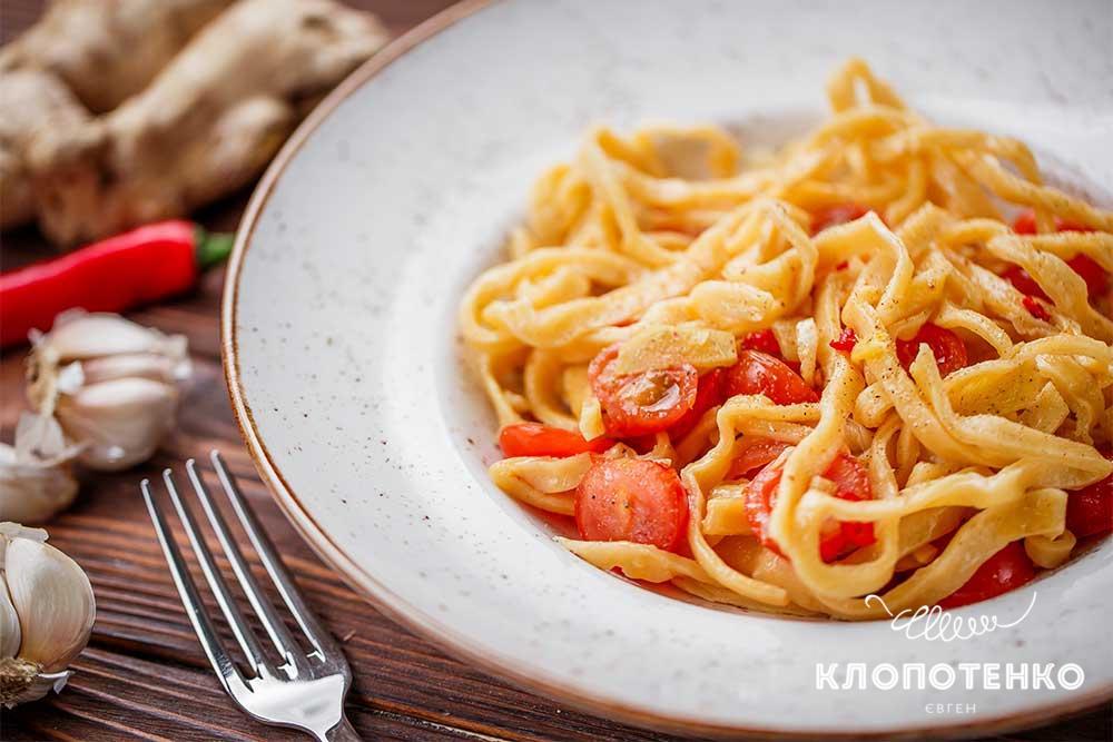 Домашні спагеті з часниково-імбирним соусом