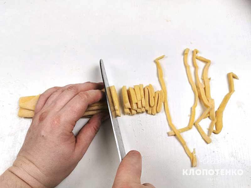 Аккуратно нарежьте тесто полосочками