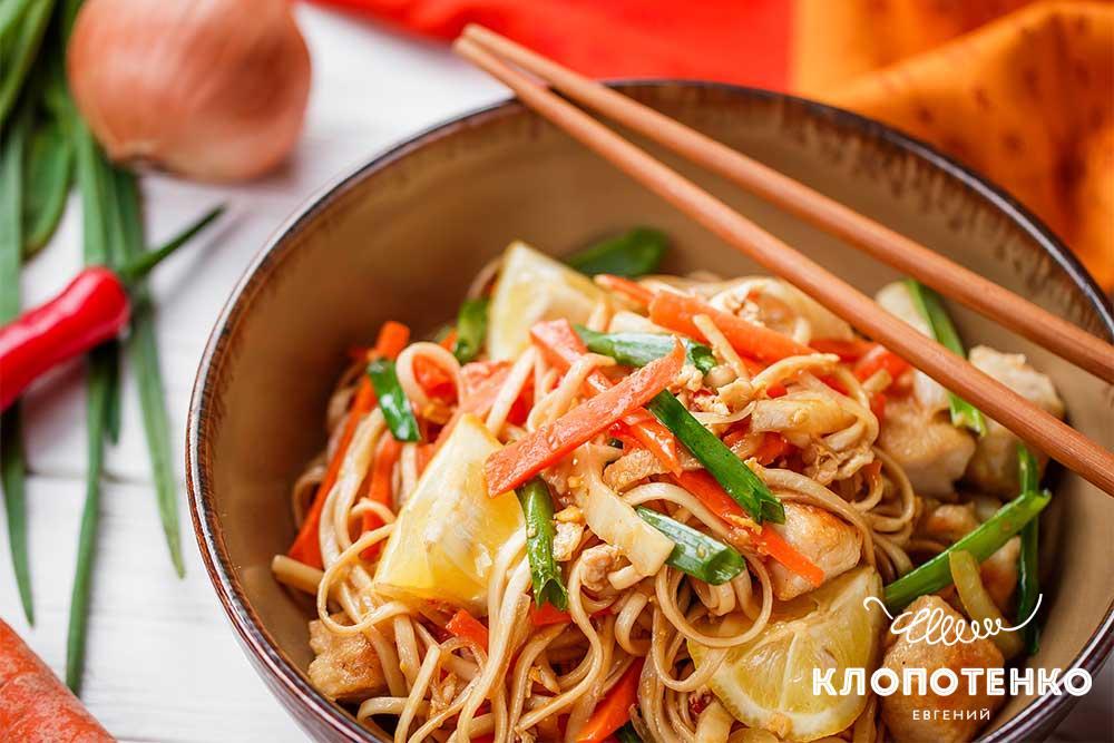 Локшина з куркою і овочами по-азійськи
