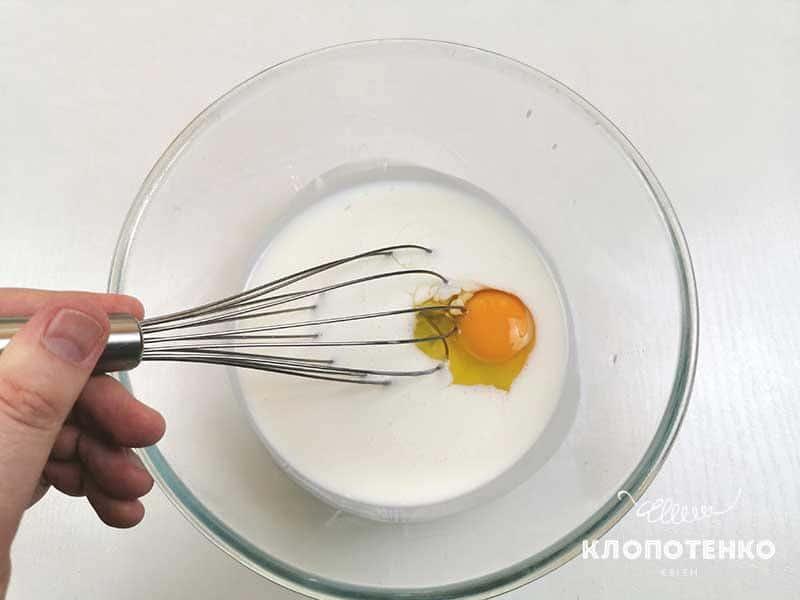 Перемешайте кефир с яйцом