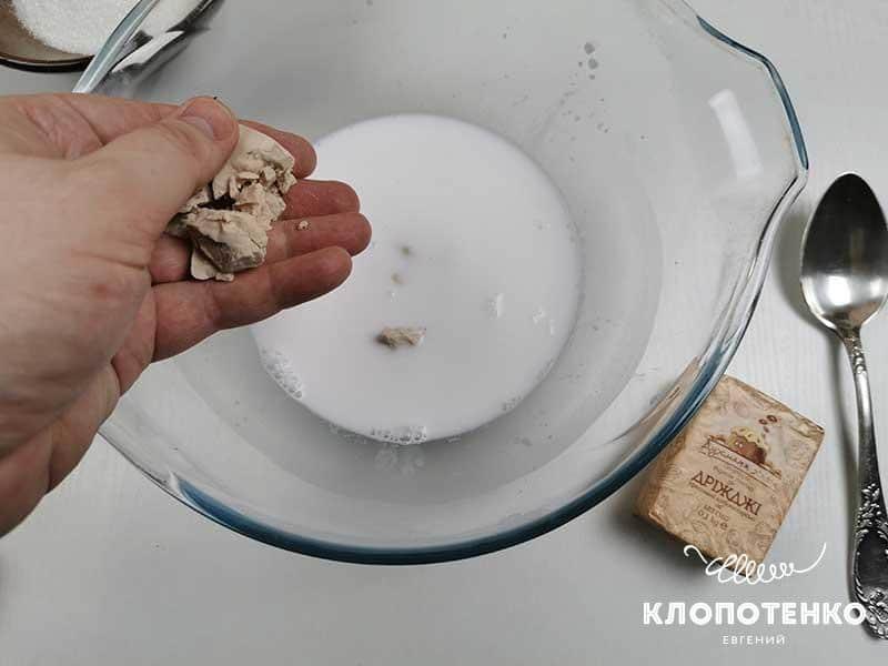 В теплое молоко покрошите «живые» дрожжи