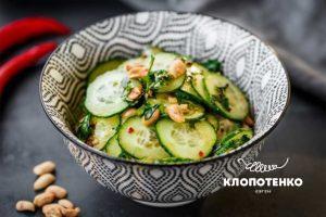 Салат с огурцами и пастой чили