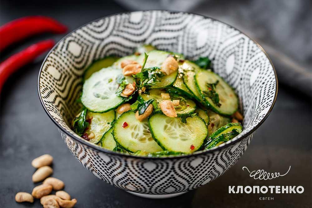 Салат з огірками і пастою чилі