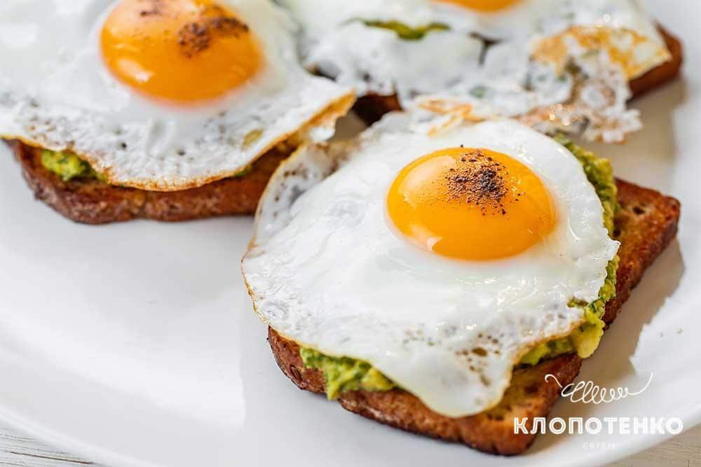 Тост з авокадо і яєчнею