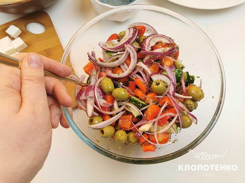 Полейте салат оливковым маслом