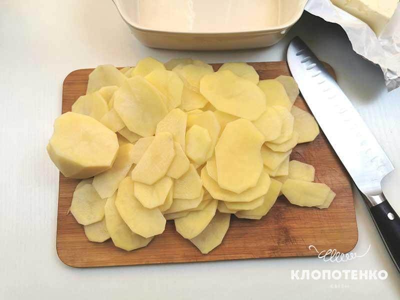 Нарежьте картофель тонкими слайсами