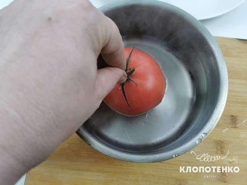 Опустите томаты в кипящую воду