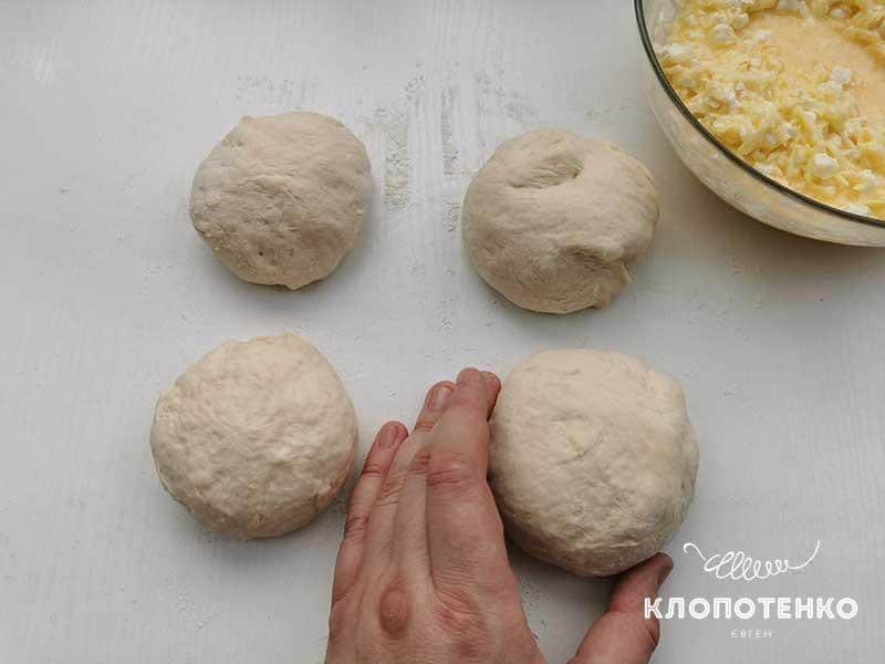 Разделите тесто на шарики