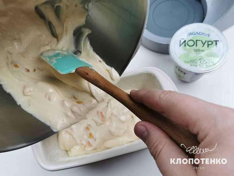 Выложите тесто из миски в форму