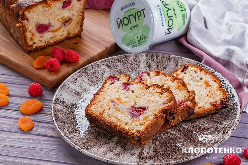 Йогуртовый пирог с малиной и курагой