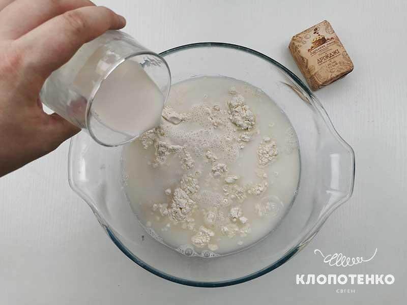 Добавьте молоко и соль