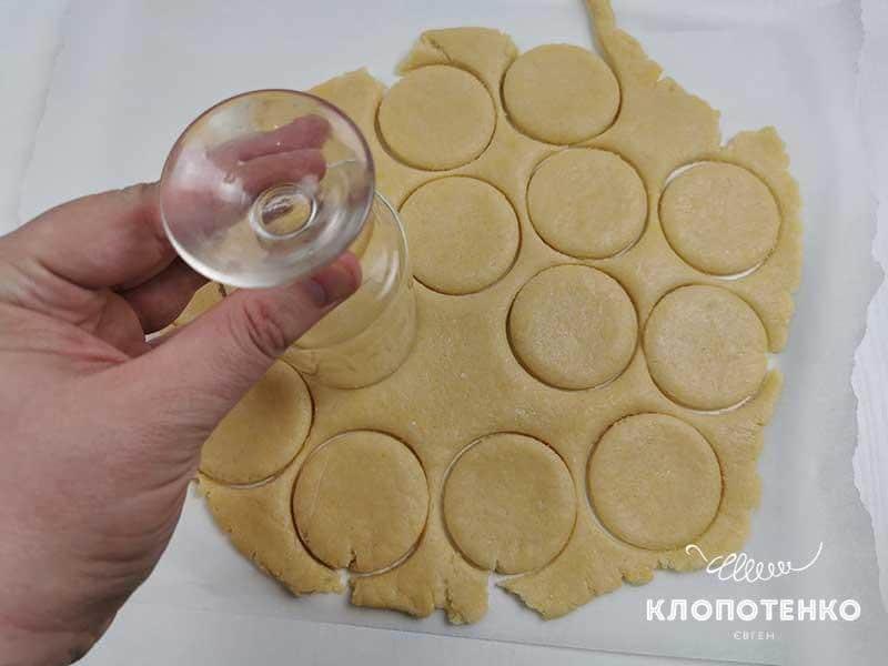 Вырежьте из теста круглое печенье