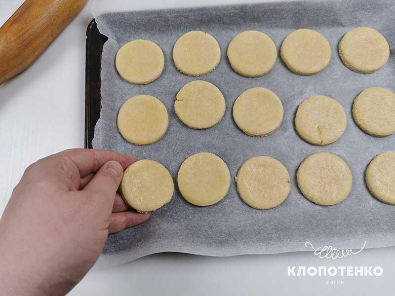 Смажьте печенье взбитым яйцом