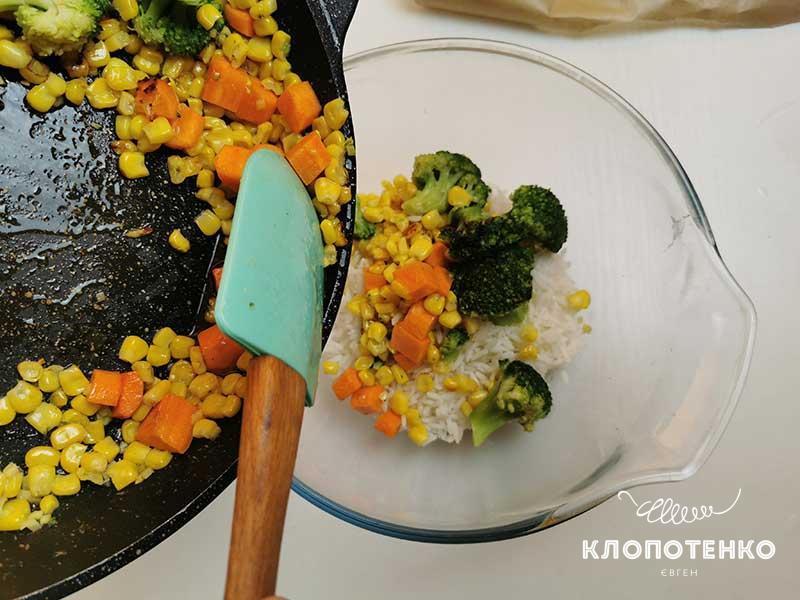 Переложите овощи в миску