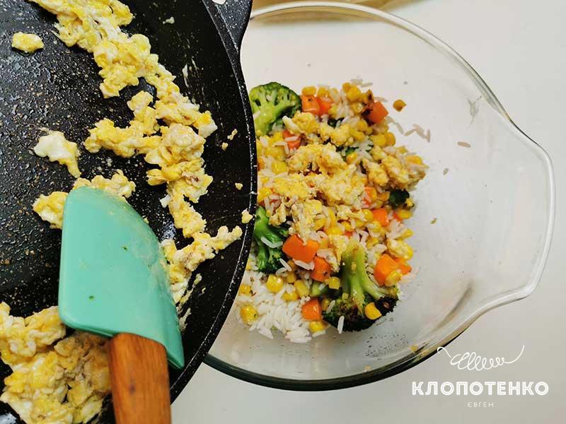 Выложите скрамбл в миску с овощами