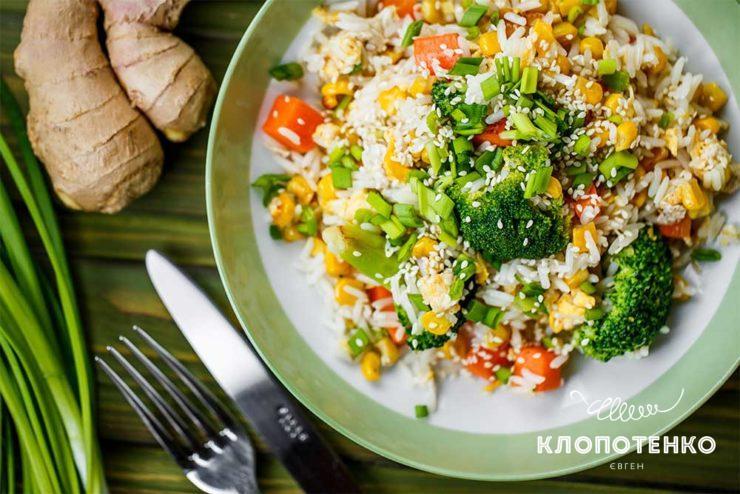 Рис с овощами и скрамблом