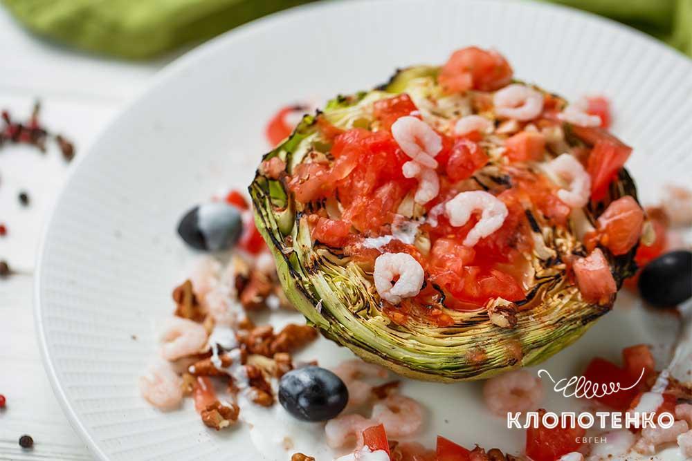 Салат из обжаренной молодой капусты с креветками