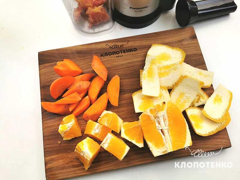 Смешайте морковку и апельсин