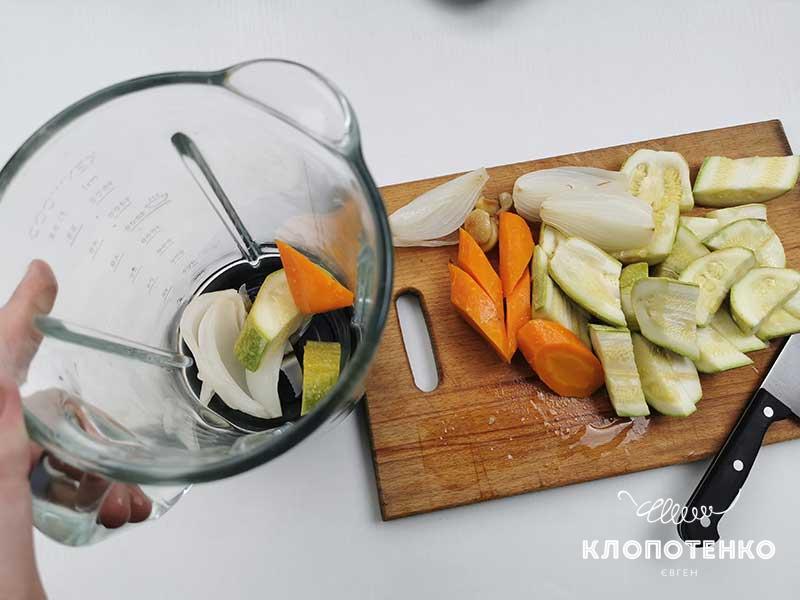 Нарежьте овощи и переложите в чашу блендера