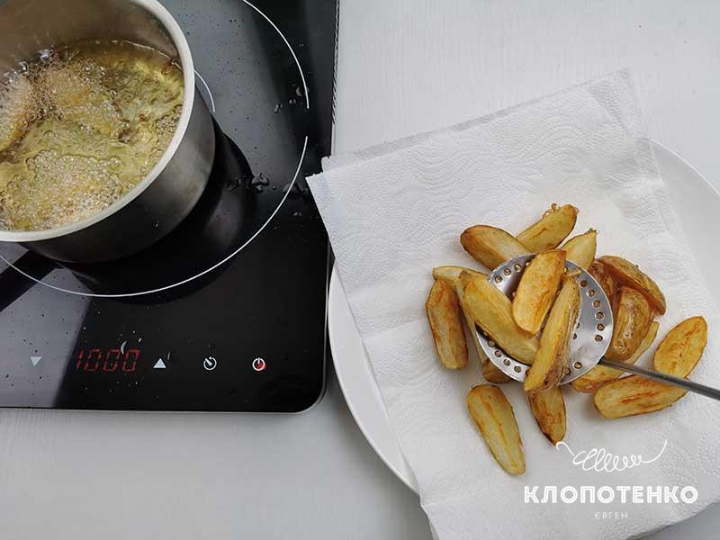 Выложите картофель на бумажное полотенце