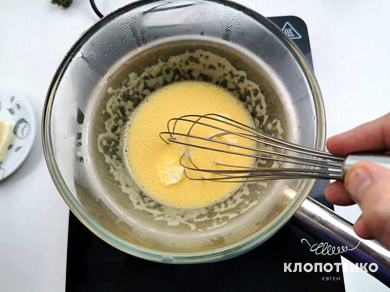 Затем добавляйте вторую часть масла