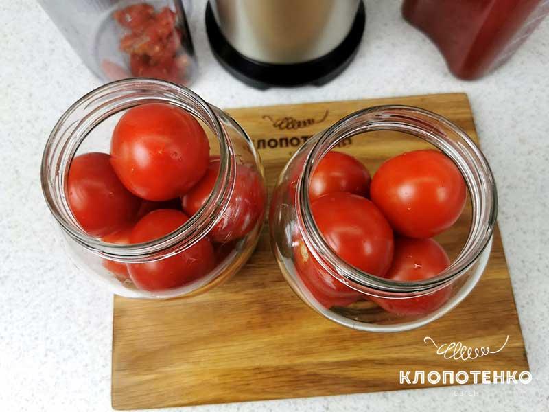 Разложте томаты по банкам