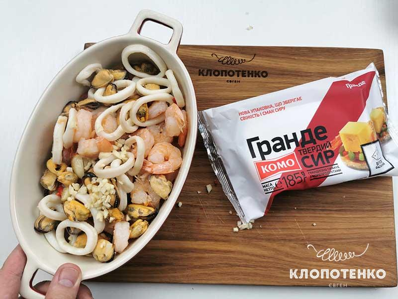 Выложите морепродукты в форму
