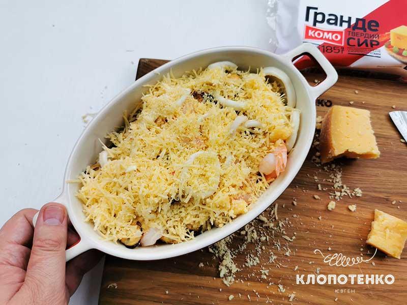 Распределите сыр по морепродуктам