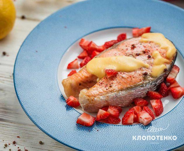 Стейк лосося з соусом Голландез