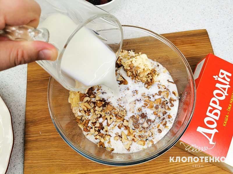 Добавьте в общую массу 420 мл молока
