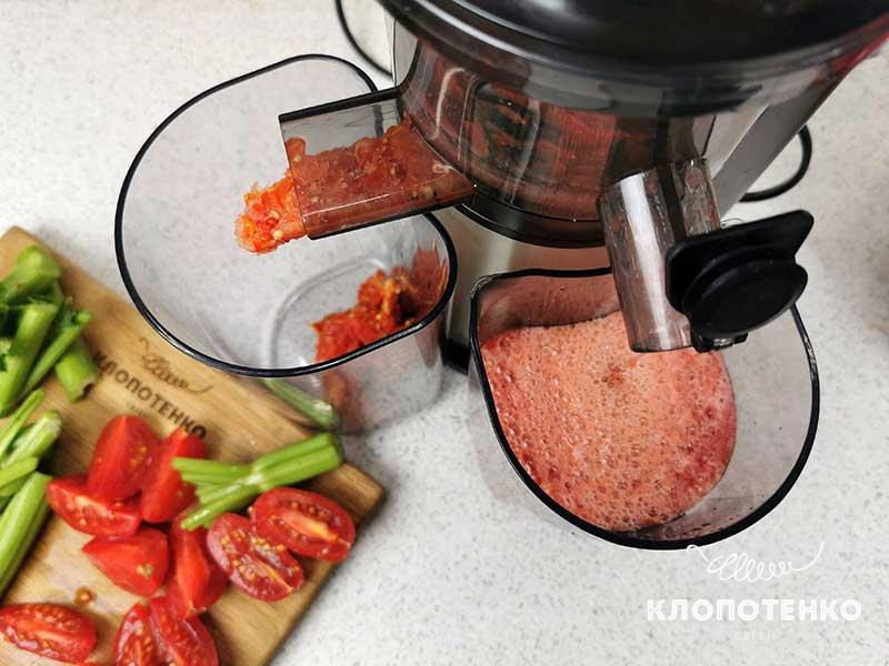 Нарежьте овощи, пропустите через соковыжималку