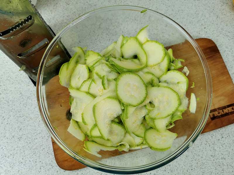 Нарежьте кабачки слайсами