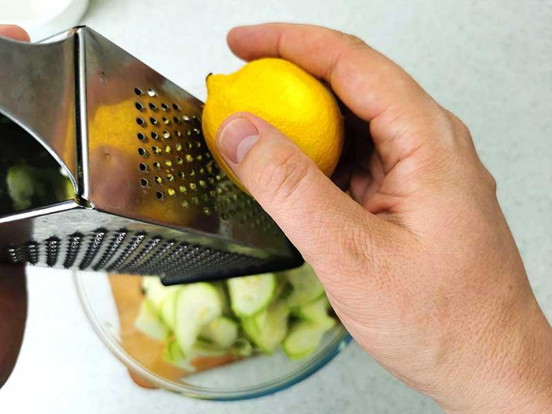 Добавьте к кабачкам цедру лимона