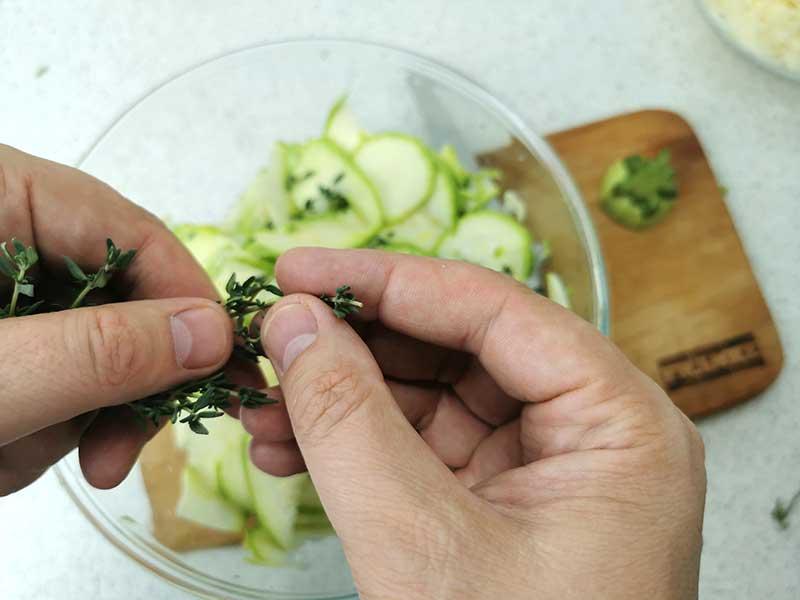 Добавьте листочки тимьяна