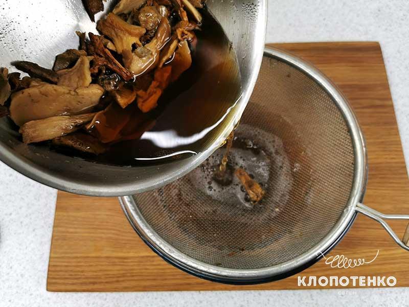 Отварите грибы и процедите бульон