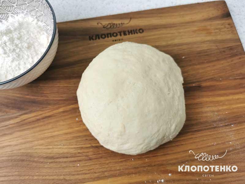 Вымесите крутое тесто