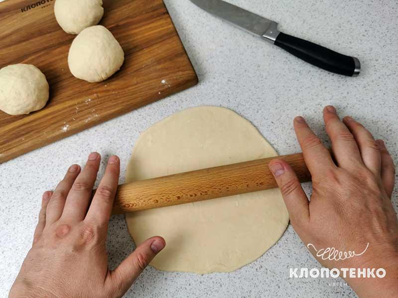 Раскатайте тесто в лепешки
