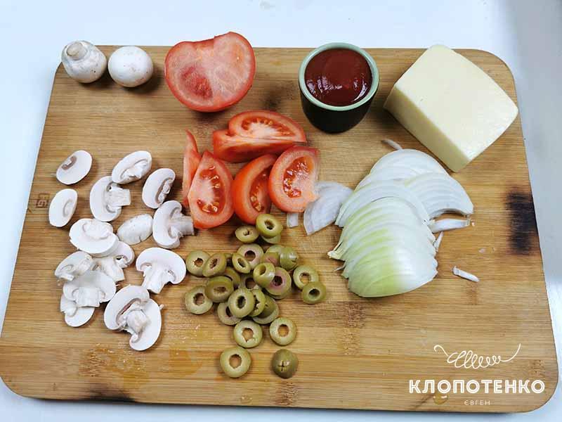 Порежьте овощи для начинки