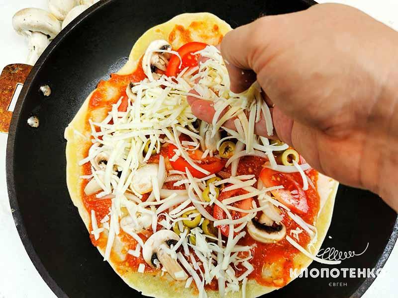 Выложите начинку и сыр