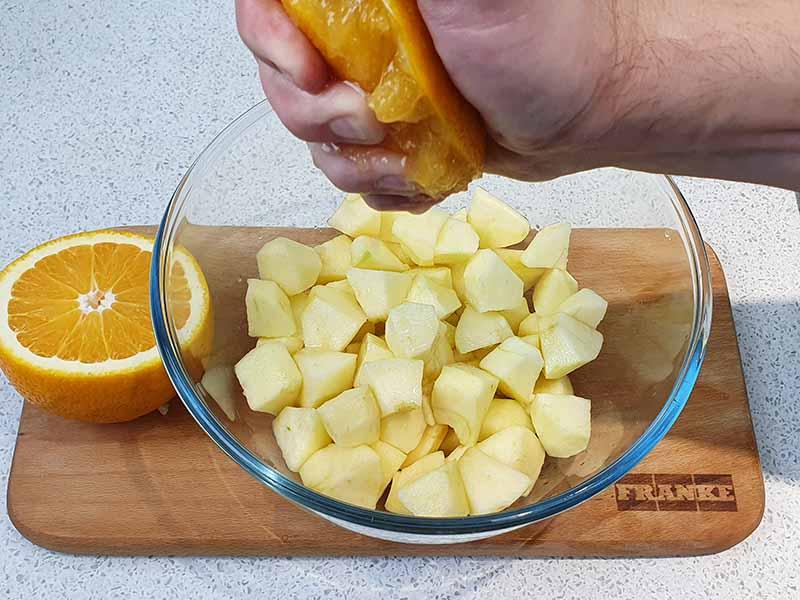 Сбрызните соком апельсина